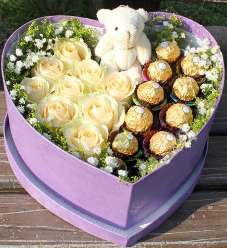 9枝香槟色玫瑰,9颗巧克力,小熊1只,满天星、黄莺围绕
